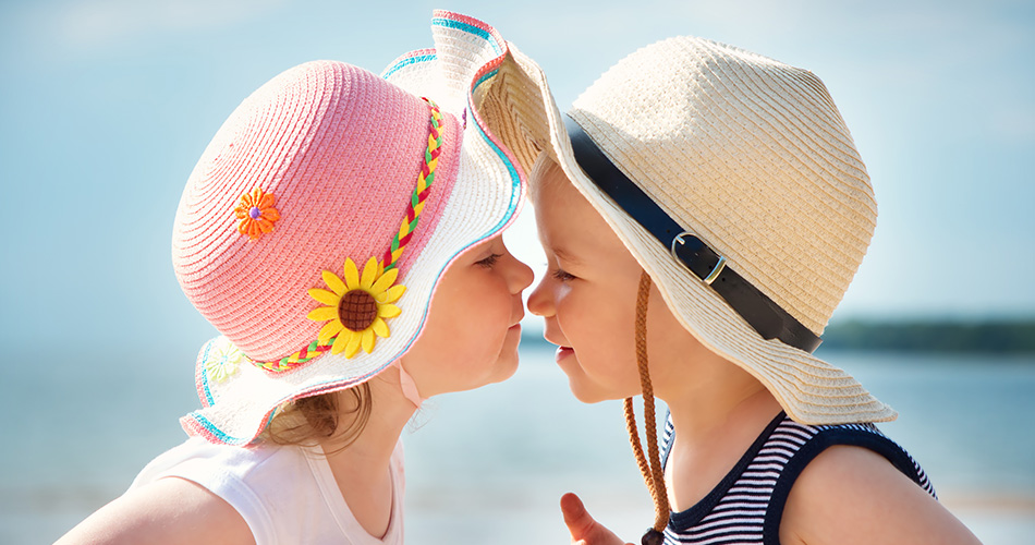 Lachende Kinder am Strand