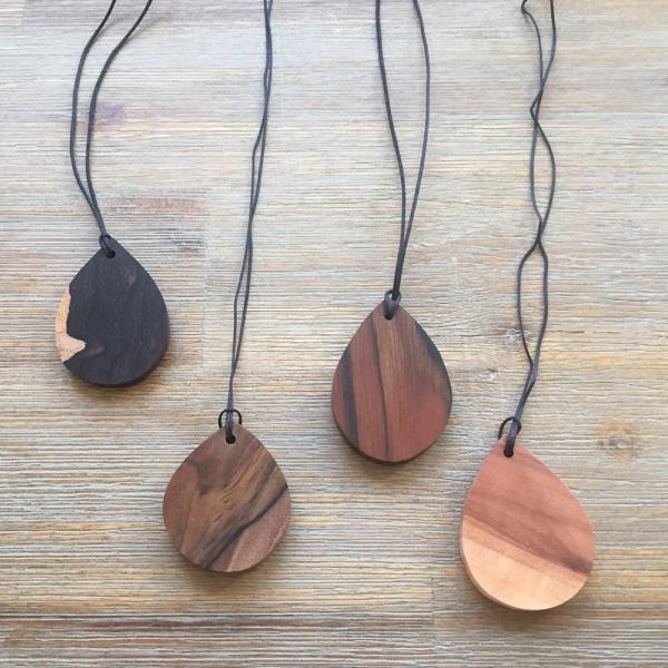 Kette in Tropfenform aus verschiedenen Holzarten