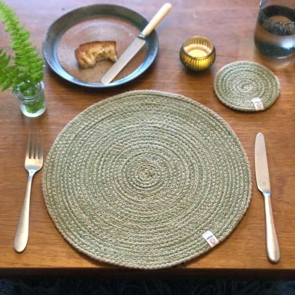 Respiin Tischmatte aus Jute und Seegras grün